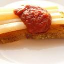 Schorseneren met geroosterd brood en tomatenketchup